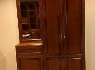 Платяной шкаф в прихожей