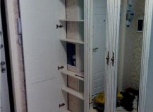 Шкаф с полками в прихожей