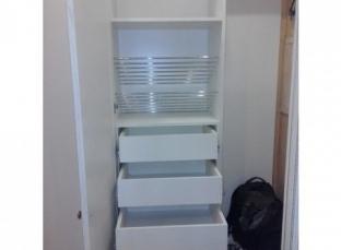 Шкаф с ящиками в прихожей