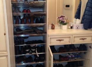 Большая обувница в прихожей