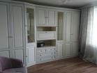 Светлая классическая мебель для гостиной
